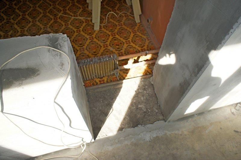 Радиатор отопления в проёме лоджии
