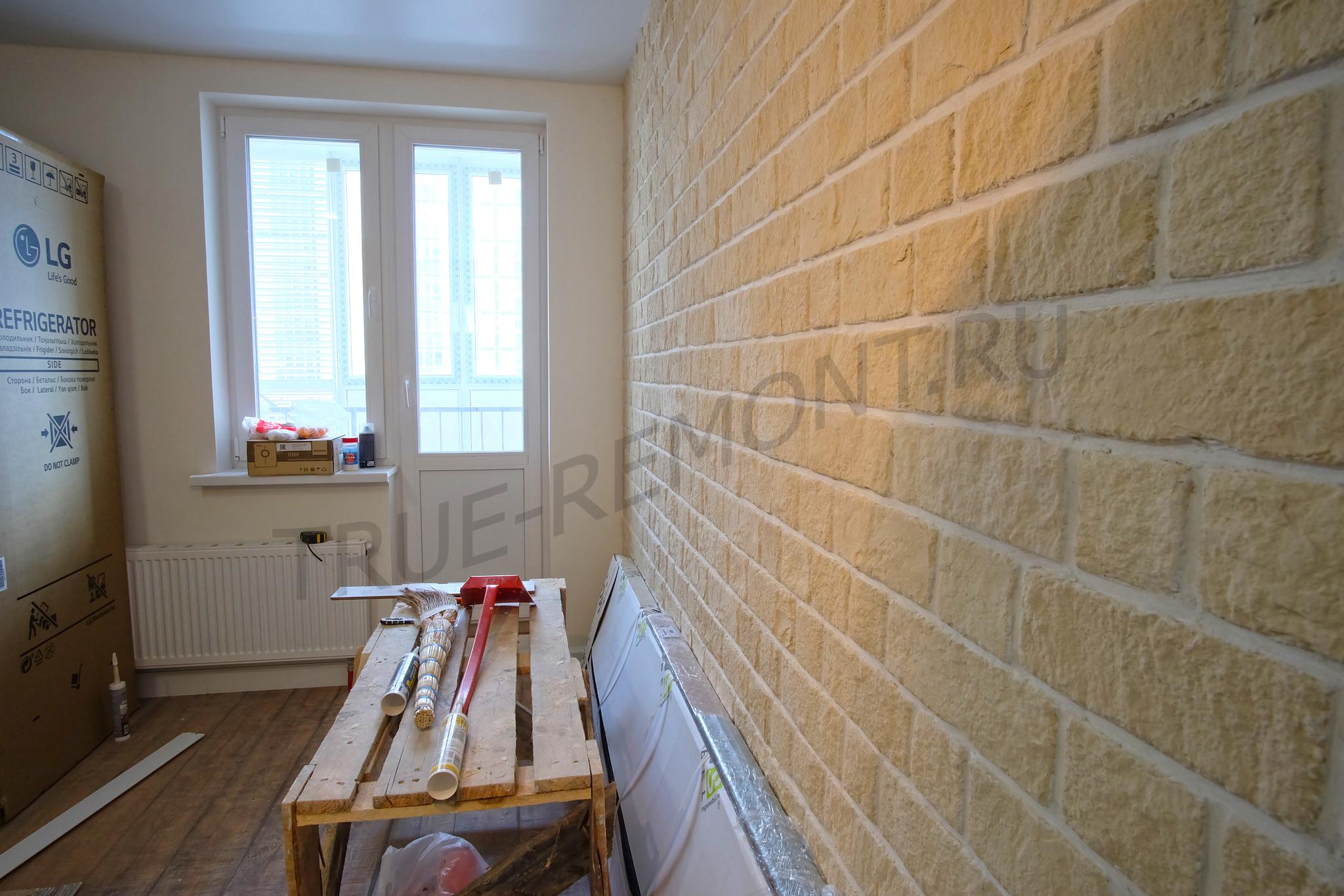 Стена из декоративного гипсового кирпича